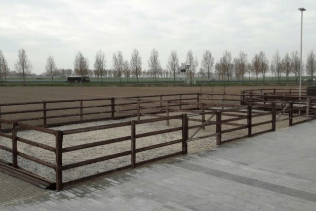 Omheining met gecreosoteerde houten palen